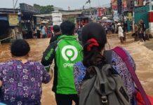 Driver Gojek bantu korban banjir di Jakarta. (mimbar/ist)