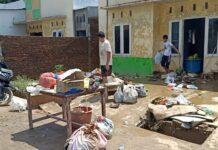 Warga mengevakuasi harta bendanya akibat hantaman banjir bandang di Deli Serdang. (Mimbar/Jarwo)