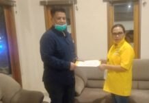 Ketua DPD Partai Golkar Samosir, Rosinta Sitanggang bersama Vandiko Timotius Gultom. (Robin Nainggolan)