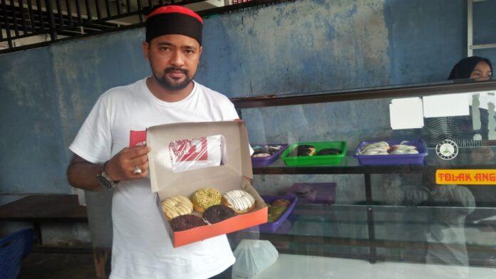 Iskadar Muda pengusaha donat di Sidimpuan bertahan di masa pandemi Covid-19. (Mimbar/Rizal Nasution)