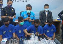 Brigjen Pol Atrial hadirkan empat kurir narkotika dengan membawa 2 kilogram sabu tujuan Solo, Jawa Tengah. (Ist)