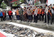 AKBP Irsan Sinuhaji menyaksikan persiapan pemusnahan knalpot blong di Lapangan Merdeka. (mimbar/dody ferdy)