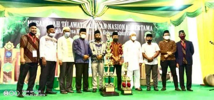 kepala Desa saat diabadikan foto bersama dengan Juara Umum MTQ Tingkat Desa Klambir Lima Kebun Dusun IV Sidomulyo.